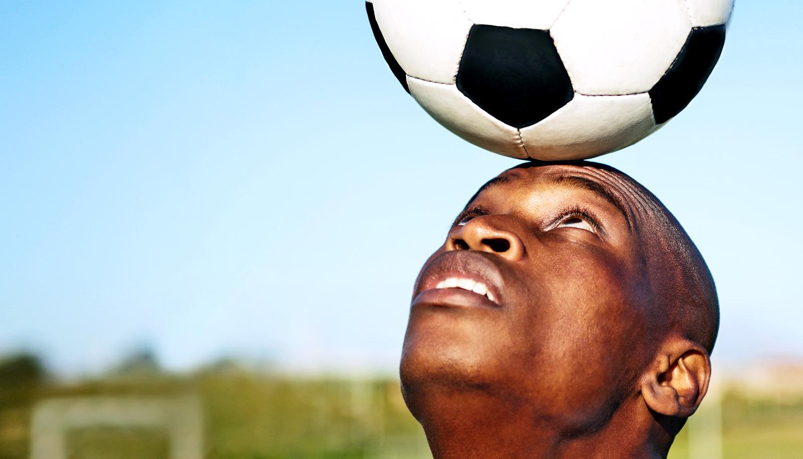 Salah satunya adalah sikap kedua lutut yang benar saat persiapan untuk melakukan teknik dasar menyundul bola dilakukan