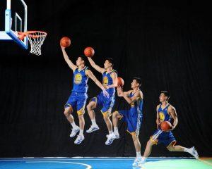 Posisi lutut lay-up yang benar saat melakukan lay up shoot bola basket adalah